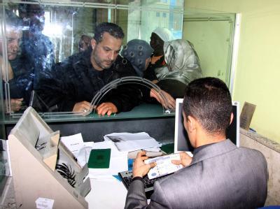 Bankkunde in Tripolis: Die UN haben die Sanktionen gegen Libyens Banken aufgehoben. Foto: str/ Archiv
