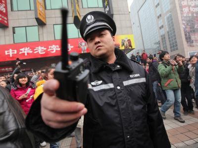 Polizisten unterdrücken «Jasmin-Proteste». Foto: How Hwee Young/Archiv