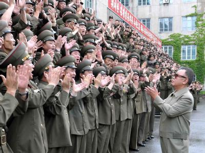Nordkoreas Machthaber Kim Il Jong bei einem Besuch der Volksarmee. Foto: North Korean agency KCNA