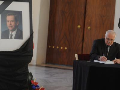 Tschechien Präsident Vaclav Klaus trägt sich ins Kondolenzbuch für Vaclav Havel ein. Foto: Filip Singer