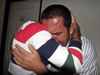 Zwei Überlebende der Katastrophe weinen um die Opfer. Foto: Fully Handoko