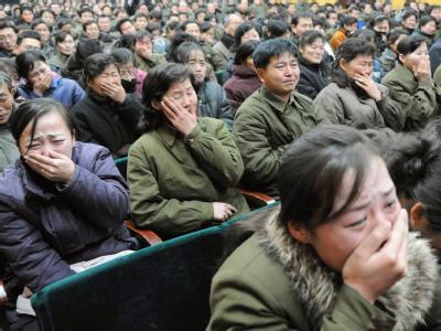 Tränen: Die Menschen in Pjöngjang beweinen den Tod des Machthabers Kim Jong Il. Foto: Kyodo