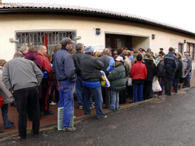 Vor dem Gebäude der Demminer Tafel warten Bedürftige auf die Ausgabe von Lebensmitteln. Foto: Stefan Sauer/Archiv