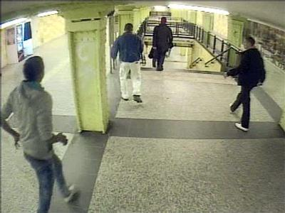 Die Video-Aufnahme einer Überwachungskamera im U-Bahnhof in Berlin-Lichtenberg vom 11.02.2011 zeigt zwei der U-Bahn-Schläger (außen), die das Opfer (M, weiße Hose) verfolgen. Foto: Polizei-Video
