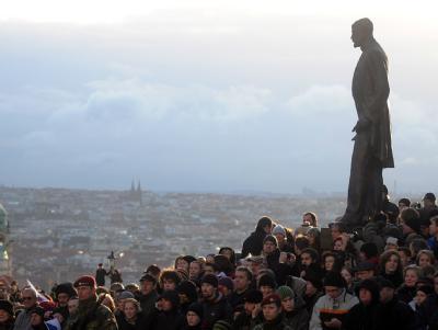 Zehntausende säumten die Straßen, wie hier unter der Statue des ersten tschechoslowakischen Präsidenten Tomas Garrigue Masaryk. Foto: Filip Singer