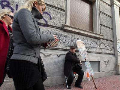 Der eine oder andere hofft, dass ein Lottogewinn ihn aus der Krise bringt - andere gehen ins Ausland. Foto: Orestis Panagiotou/Archiv