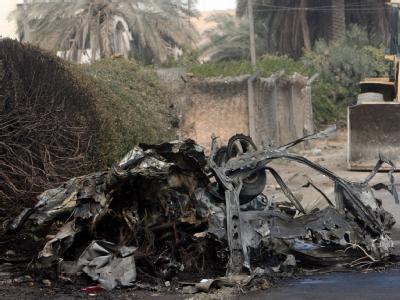 Das war mal ein Auto: Das Wrack eines Bombenfahrzeugs in Bagdad. Foto: Ali Abbas/Mohammed Jalil