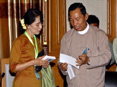 Suu Kyi lässt die «Nationalliga für Demokratie» (NLD) persönlich beim Sprecher des Unterhauses, Thura Shwe Mann, in der Hauptstadt Naypyidaw registrieren. Foto: Nyein Chan Naing