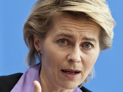 Bundesarbeitsministerin Ursula von der Leyen sieht den Arbeitsmarkt in Deutschland trotz Euro-Krise und abflauender Konjunktur auch 2012 im Aufwind. Foto: Robert Schlesinger/Archiv