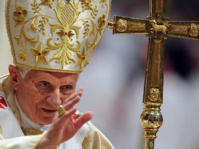 Papst Benedikt XVI. hat bei der Christmette im Petersdom zur Abkehr von Gewalt und Materialismus aufgerufen.  Foto: Claudio Onorati