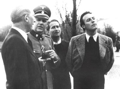 Johannes Heesters (r.) während seines Besuchs im Konzentrationslager Dachau im Jahr 1941. Foto: epa/str