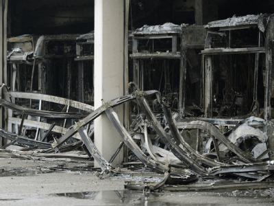 Ausgebrannte Busse stehen in deinem Depot in Bottrop. Ein Großbrand hat am Sonntagmorgen das Busdepot mit fast 70 Bussen komplett zerstört. Foto: Marius Becker