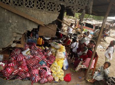 Hilfsgüter stapeln sich in der Ruine eines Hauses in der zerstörten Stadt Iligan City. Foto: Francis R. Malasig