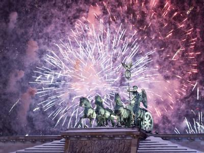 Feuerwerk am Himmel über der Quadriga des Brandenburger Tors. Foto: Robert Schlesinger/Archiv