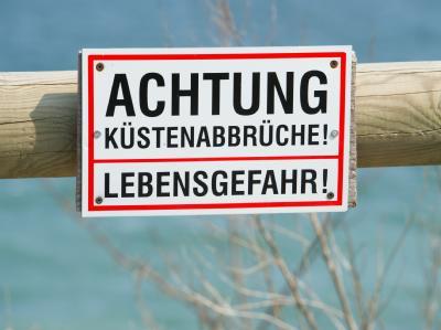 Warnschild, das auf die Abbruchgefahr an der Steilküste am Strand von Kap Arkona auf Rügen hinweist: Immer wieder kommt es auf der Insel zu gefährlichen Felsabbrüchen. Foto: Stefan Sauer.