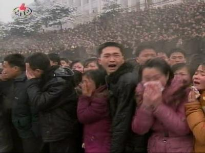 Weinend nehmen Nordkoreaner von Kim Jong Il Abschied. Foto: Yonhap News Agency/ Korean Central TV Broadcasting Station