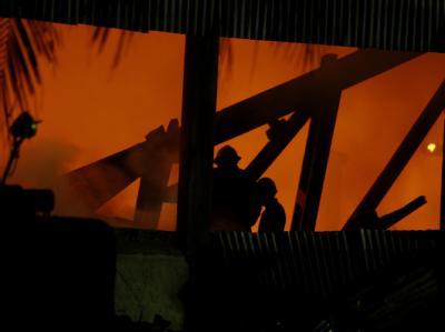 Feuerwehrleute bekämpfen den Brand in einem Lagerhaus in Rangun. Foto: Nyein Chan Naing