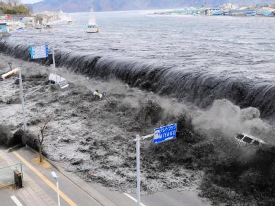 Zehn Monate nach dem dramatischen Tsunami vor Japan treibt jetzt ein gewaltiger Teppich von Wrackteilen vor den Küsten der USA und Kanadas. Foto: EPA/AFLO/Mainichi Newspaper/Archiv