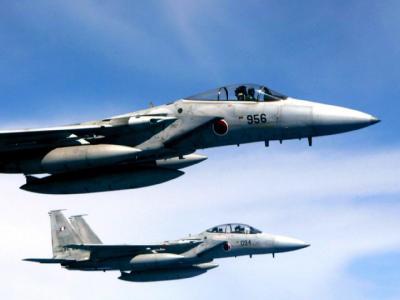 Zwei F-15-Jets der japanischen Selbstverteidigungskräfte. Foto: Hitoshi Maeshito / Archiv
