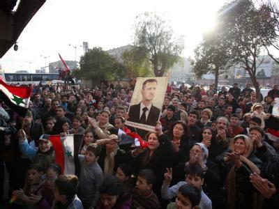 Pro-Assad-Kundgebung in Homs am 29.12.2011 (Foto: Youssef Badawi). In mehreren Städten protestierten zehntausende Menschen gegen die Beobachter der Arabischen Liga.