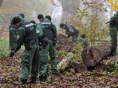 Polizisten suchen am 31. Oktober in einem Waldgebiet nach Spuren. Foto: Stefan Puchner