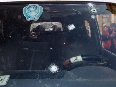 Die von Kugeln durchsiebte Frontscheibe eines Autos in der Stadt Homs. Foto: Youssef Badawi
