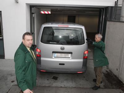 Ein Polizeifahrzeug, in dem sich ein Verdächtiger befindet, fährt in das Justizzentrum in Augsburg. Foto: Karl-Josef Hildenbrand