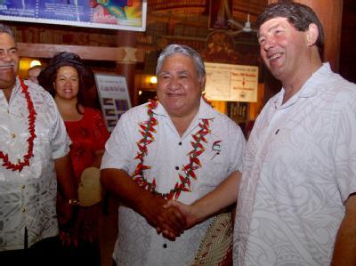 Im Gebetshaus der Regierung in Samoas Hauptstadt Apia: Premierminister Tuilaepa Sailele Malielegaoi (M) und der neuseeländische Hochkommissar Nick Hurley (r) begrüßen den neuen Tag. Foto: Ronald Kubik