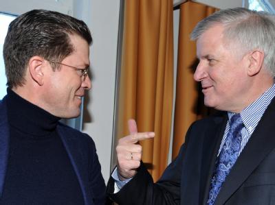 Karl-Theodor zu Guttenberg (l) und der CSU-Parteivorsitzende Horst Seehofer im Januar 2011 in Wildbad Kreuth am Tegernsee. Foto: Peter Kneffel