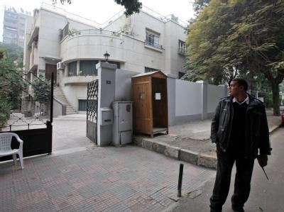 Ein Polizist in Zivil bewacht den Eingang einer Nicht-Regierungsorganisation (NGO) in Kairo. Foto: Khaled Elfiqi