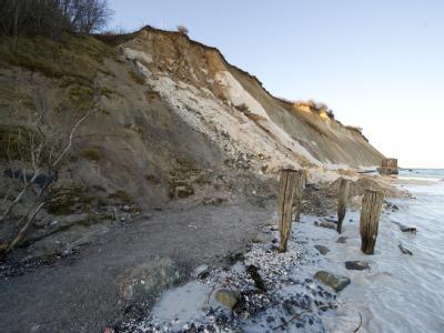 Strand an der Steilküste auf Rügen: Seit zwei Wochen suchen Einsatzkräfte nach der verschütteten Katharina - bisher erfolglos. Foto: Stefan Sauer/Archiv