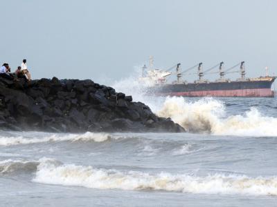 Ein Containerschiff ist vor der Südostküste Indiens während des Zyklons