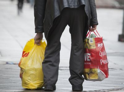 Mann sammelt Pfandflaschen