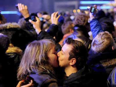 Ein Paar küsst sich in Berlin kurz nach dem Jahreswechsel. Foto: Maurizio Gambarini