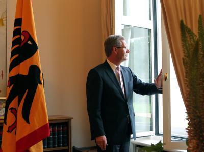 Bundespräsident Christian Wulff am Fenster seines Arbeitszimmers im Schloss Bellevue. Foto: Wolfgang Kumm