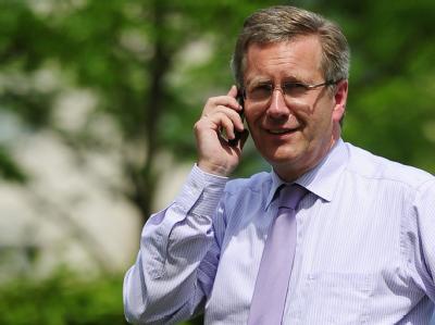 Ein Anruf mit Folgen. Bundespräsident Wulff wollte verhindern, dass die «Bild» über seinen Hauskredit berichtet. Dann entschuldigt er sich. Nun wird es noch schwieriger für ihn. Foto: Hannibal/Archiv