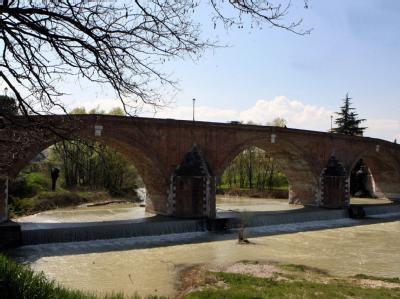 Brücke über dem Rubikon (Fiume Rubicone) in der Nähe von Cesena: Wer den Rubikon sprichwörtlich überschreitet, kann diesen Schritt nicht rückgängig machen. Foto: ANSA/ Pasuale Bove