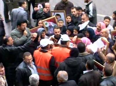 Syrer wenden sich an die Beobachter der Arabischen Liga. Foto: EPA/Archiv