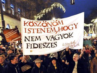 Oppositionelle protestieren in Budapest gegen den weitreichenden politischen Umbau Ungarns durch die Regierung Orban. Foto: Tamas Kovacs/Archiv