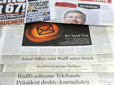 Wulff auf den Titelseiten: Tageszeitungen berichten über die Telefonaffäre von Bundespräsident Wulff. Foto: Maurizio Gambarini