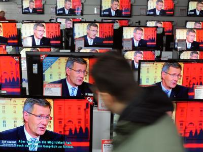 Auf den Fernsehern eines großen Elektronik-Markts ist Bundespräsident Christian Wulff bei seinem TV-Interview zu sehen. Foto: Britta Pedersen