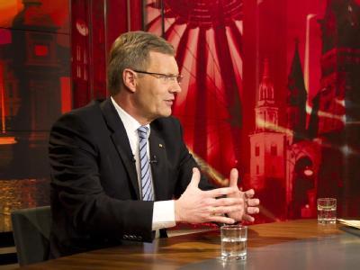 Langsame Bewegungen, starkes Blinzeln, wackelnder Kopf: Bundespräsident Wulff während des Interviews. Foto: Jesco Denzel