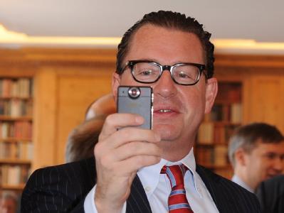 Es steht Aussage gegen Aussage: Der Bundespräsident betont, er habe den Bericht der «Bild»-Zeitung mit seinem Anruf bei Chefredakteur Kai Diekmann nur um einen Tag verschieben lassen wollen. Das Blatt beteuert: Wulff wollte den Artikel ganz verhindern. Fo