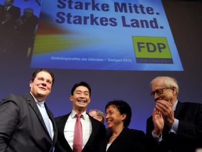 FDP-Fraktionschef im Bundestag, Rainer Brüderle (r) stärkt Parteichef Rössler (2.v.l.) den Rücken. Foto: Bernd Weissbrod