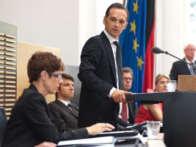 Künftige Koalitionspartner? Annegret Kramp-Karrenbauer (l., CDU) und der bisherige Oppositionsführer Heiko Maas (SPD). Foto: Oliver Dietze/Archiv