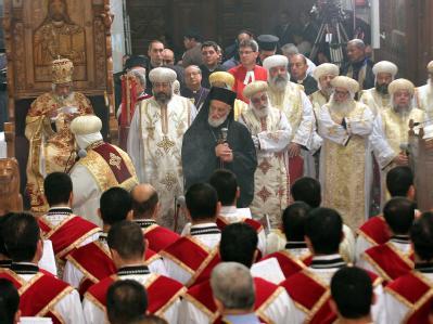 Das Oberhaupt der koptisch-orthodoxen Kirche, Papst Schenuda III. (l), zelebriert das Weihnachtsmesse in der Markus-Kathedrale in Kairo. Foto: Khaled Elfiqi