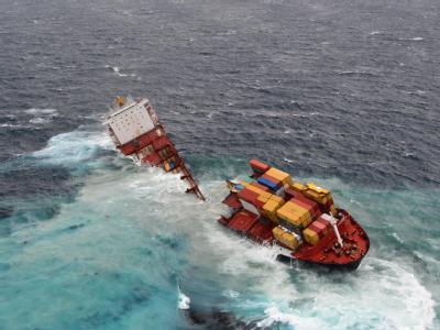 Das schon schwer beschädigte Containerschiff «Rena» ist jetzt in zwei Teile auseinandergebrochen. Foto: Maritime New Zealand