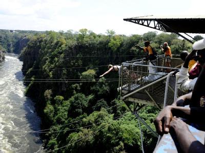 Victoria Falls-Brücke über den Sambesi: Beim Bungee-Sprung einer 22-jährigen Australierin riss das Seil. Foto: Stephane de Sakutin/Archiv