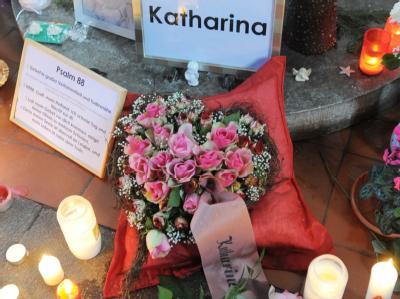 Brennende Kerzen und Blumen erinnern in ihrem Heimatort Perleberg an die zehnjährige Katharina. Foto: Bernd Settnik