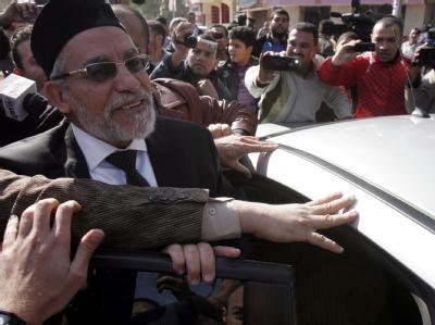Der Anführer der Muslimbrüder Mohammed Badie (l) verlässt ein Wahllokal: Der Vorsprung der islamistischen Parteien ist immens. Foto: epa
